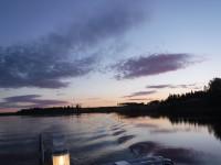 På väg med båten i sommarnatten.