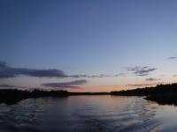 Klockan är strax efter ett på natten och dieselmotorn brummar på nedför Luleälven i sommarnatten.