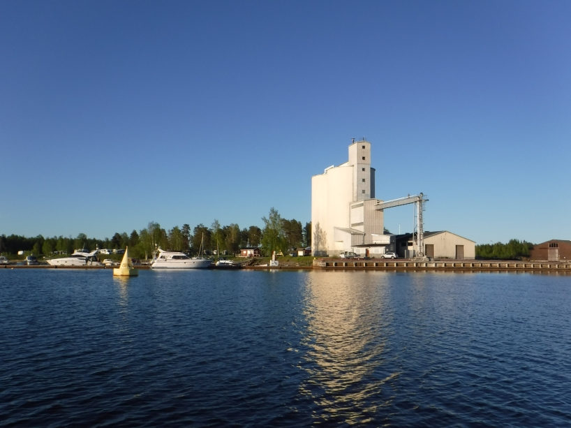 Hamnen i Töre är Sveriges nordligaste djuphamn och ligger längst upp i Bottenviken, så därför finns den stora gula bojen här, som ett bevis på att man kommit lägst upp i Bottenviken.