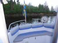 På akterdäcket erbjuder båten en liten mysig soffa.