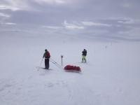 Andra skidåkare i blåsvädret vid Blåhammarens fjällstation.