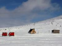 Här passeras raststugan Gamla Sylen av Sylexpressen som är en snövessla/bandvagn, som man kan åka med mellan Storulvåns fjällstation och Sylarnas fjällstation.