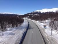 Jag korsar riksväg 84 i Tänndalen genom att skida över en hög och brant bro.