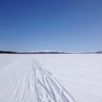 Det går lätt att skida på en plan sjö.