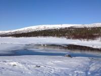 Ute på sjön som heter Grövelsjön har isen börjat gå upp.