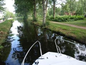På väg genom Strömsholms kanal.