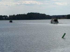 Här ligger vi bakom de andra motorbåtarna.