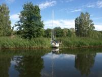 En segelbåt i vassen i Torshällaån.