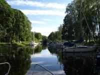 På väg in mot den nedersta slussen i Torshälla kanal.