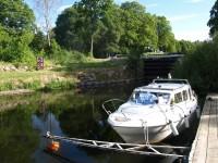 Min båt befinner sig här i närheten av den nedersta slussen i Torshälla kanal.