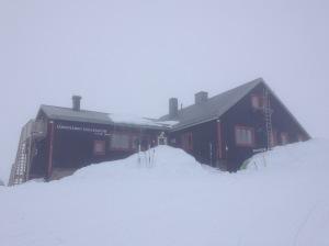 Låktatjåkko fjällstation i vinterskrud.