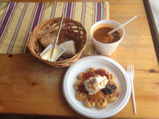 Våffla och soppa i Låktatjåkko fjällstation, som för ovanlighetens skull  serverades på engångsartiklar istället för på porslin, eftersom som att diskvattnet sinat.
