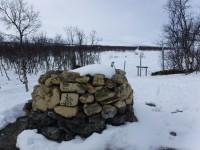 Invid Treriksröset finns ett flertal stenrösen.
