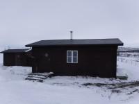 I raststugan Golddaluokta (som ligger vid sjön Kilpisjärvi) var det varmt och skönt eftersom att det brann en brasa i raststugan.