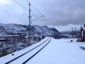 Snö vid järnvägshållplatsen Søsterbekk.
