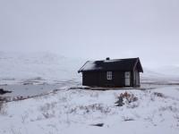 Snö vid annexet vid Čunojávrihytta.