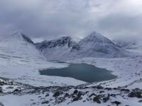 Vattnets färg är en fin kontrast till bergen som är klädda i vit snö.