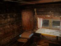 Ett skåp i Lisas stuga.