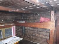 Den korta våningssängen i Lisas stuga.