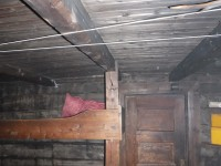 Innanför dörren i Lisas stuga.