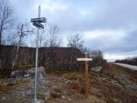 Avståndsskyltarna vid Nikkaluoktavägen där sommarleden till Vistasstugan börjar är inte så samspelta.