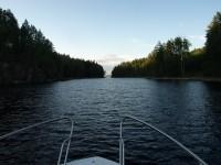 Så här harmoniskt ser det ut väster om Hästön, men bara en liten stund senare försvinner harminin då vi kör på gund, då det visar sig vara för lite vatten för vår båt mellan Hästön och fastlandet.
