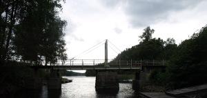 En bro som man själv får öppna mellan Töcksfors och Östervallskog. Men eftersom att vår båt inte är så hög, så kom vi under bron utan att öppna den.