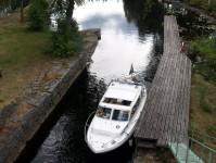 Min båt vid den nedre väntbryggan vid den övre slussen i Töcksfors.