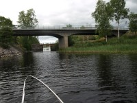 Strax passerar vi under väg E18 igen, på vår färd mot övre slussen i Töcksfors, efter att vi har varit bort till Håviken en vända.