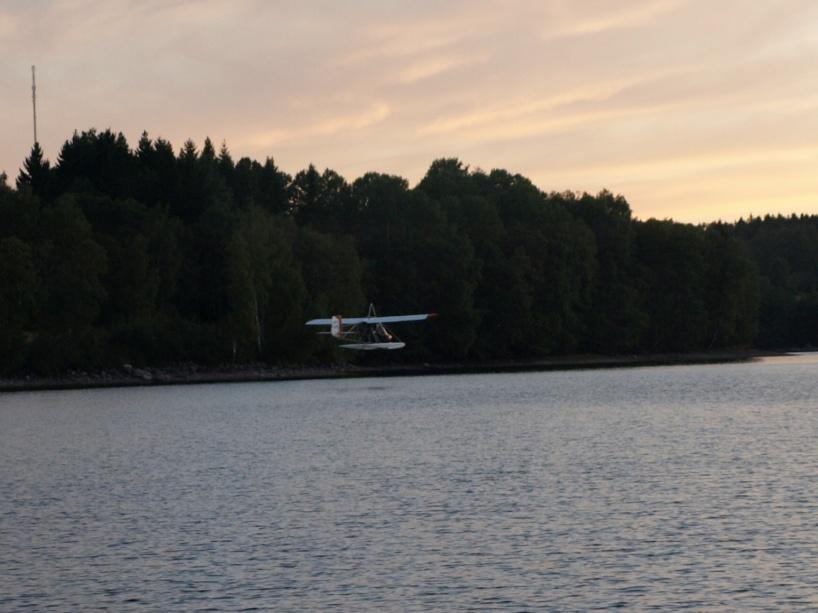 Ett flygplan är på väg att landa på sjön Stora Le.