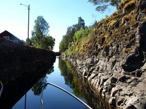 På färd genom stenkanalen, som leder fram till Slussarna i Lennartsfors.