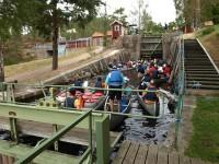 Kanotiser på väg upp genom slussbassängerna i Krokfors.