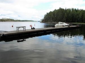 En av båtbryggorna vid Restön ute på sjön Östra Silen.