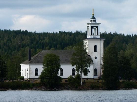 Vårviks kyrka ligger vackert belägen på en ö i sjön Västra Silen.