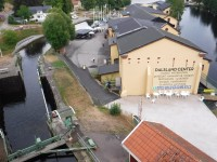 Håverud är en av flera platser där järnvägen korsar Dalslands kanal.