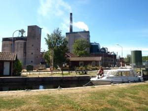 Det finns många fina vyer längs Dalslands kanal, även om pappersbruket invid slusstationen i Billingsfors knappast utgör någon av de finaste vyerna längs kanalen.