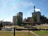 Slusstationen i Billingsfors, med ortens pappersbruk i bakgrunden.