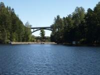 I Håverud så korsas kanalen av en fast landsvägsbro och en öppningsbar järnvägsbro.