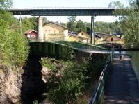 Ovanför kanalen syns järnvägsbron.