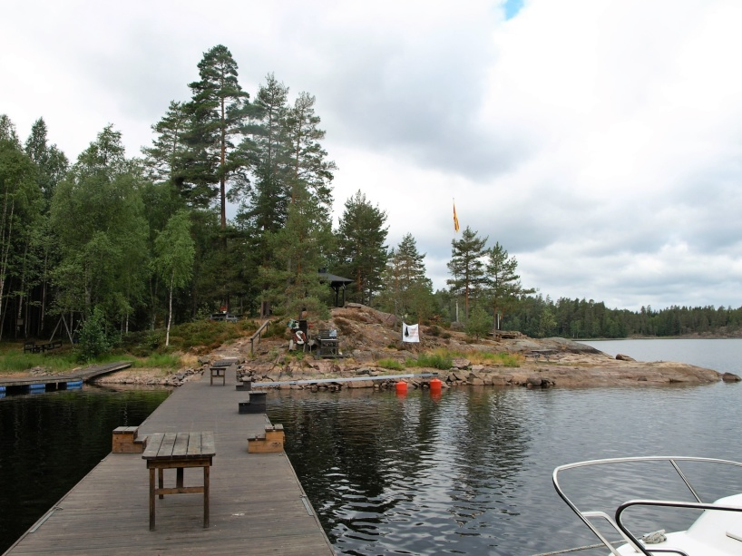 Vid Restön i sjön Östra Silen finns det båtbryggor och på ön finns det andra bekvämligheter, så det är ett smidigt och fint ställe att ta en paus på, även om man bör tänka på att det inte är så värst djupt vid alla bryggor vid ön.