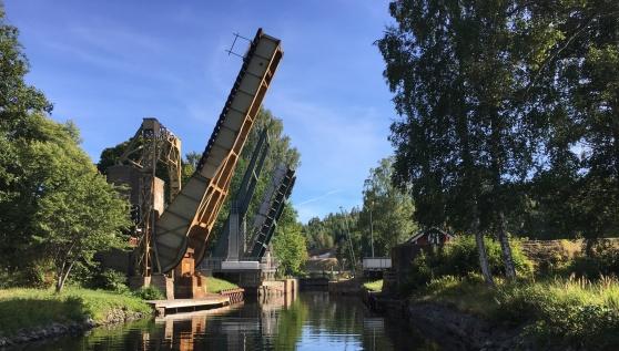 Både järnvägsbron och landsvägsbron öppnades för oss i Långbron, då vi gled in mot Långbrons sluss i Dalslands kanal.