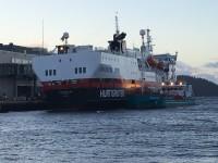 MS Vesterålen bunkrar diesel i Bergen, så att fartyget ska klara sig på sin nästan elva dygn långa resa fram och tillbaka till Nordnorge.