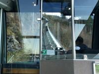 """På mitten av den vajerdrivna bergbanan """"Fløyen"""" i Bergen så möts de två vagnarna, då en är på väg upp och den andra är på väg ner."""