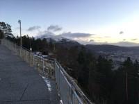 """Pomenadstråk vid toppen av bergbanan """"Fløyen"""" i Bergen."""