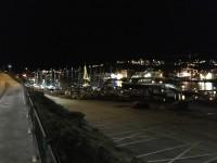 En julpyntad segelbåt med belysning i masten låg förtöjd i hamnen i Kristiansund.