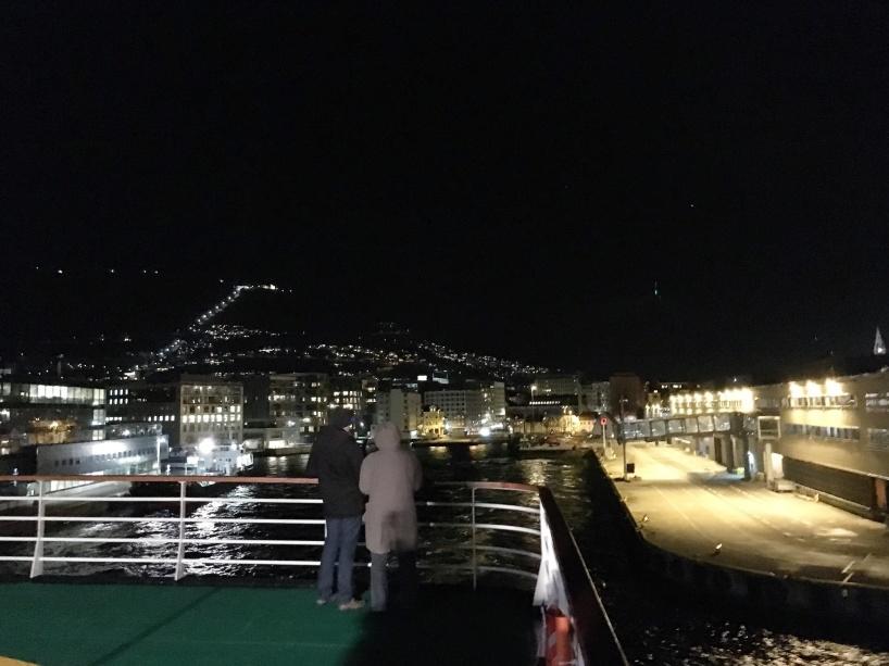 Klockan 22:30 lämnar MS Vesterålen färjeterminalen i Bergen med fyllda diseltankar och matförråd (även om matförråden ska komma att fyllas på längs färdvägen, för att kunna erbjuda lokalproducerad och färsk mat från olika delar av Norge) inför ännu ett äventyr längs den norska kusten fram och tillbaka till norrskenet, kylan och mörkret i Nordnorge.