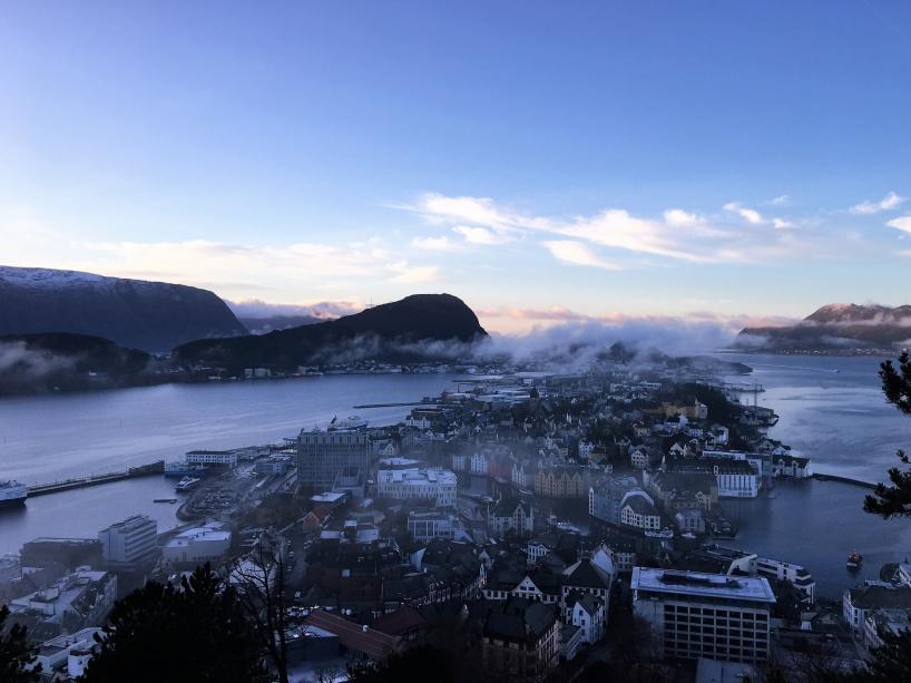 Molnen hänger lågt i luften över Ålesund, när jag passade på att besöka ett berg med fin utsikt över staden, denna tisdag i december då Ålesunds gator var rejält hala av is.