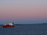 Nära Kjeungskjær fyr mötte vi lastfartyget Pioneer Knutsen som transporterar flytande naturgas, alltså så kallad LNG, vilket även lastfartyget drivs av.