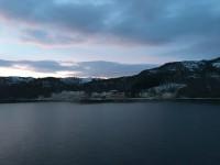 Norsk landsbygd passeras.