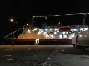 En trevlig sak med att resa med Hurtigruten i december var det faktum att alla fartygen som trafikerar Hurtigruten var vackert julpyntade och lyste fint.